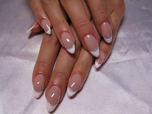 Фото овальных ногтей с френчем